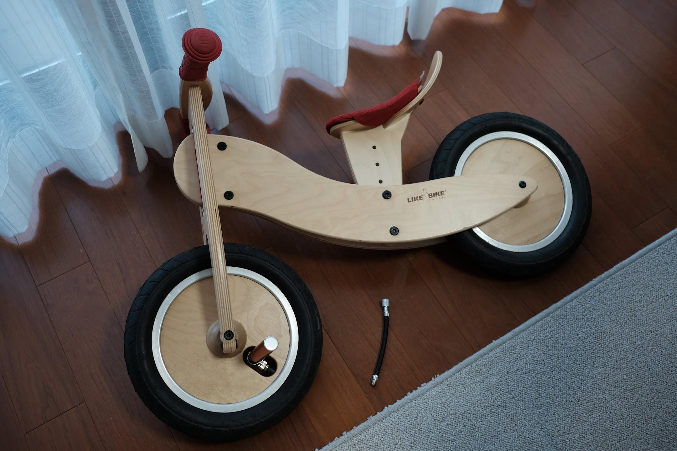 息子のストライダーにair boneのスーパーミニポンプで空気を入れます。