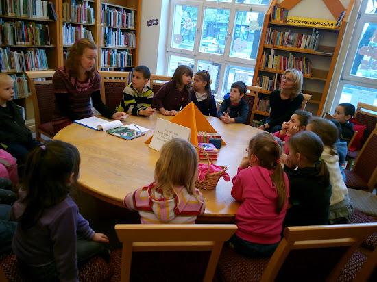 Könyvtáros a gyermek olvasóknak mesél