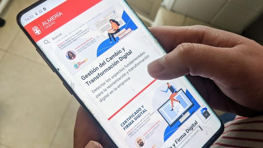 Cursos \'on line\' ofrecidos por el Ayuntamiento en un dispositivo móvil