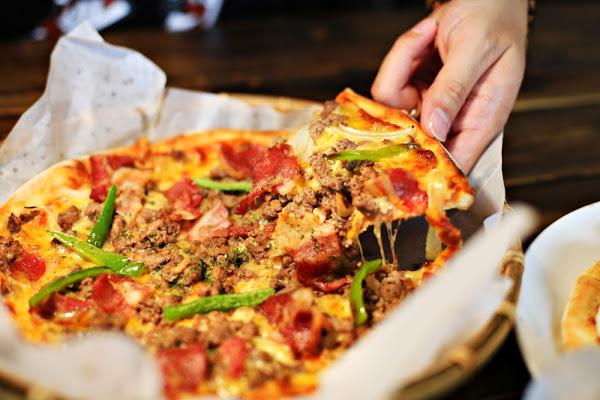 手在比薩 Hand on the pizza ~超邪惡爆漿起司瀑布「深盤披薩」、獨特「東石鮮蚵披薩」,多達20幾種創意口味,起司控不能錯過的創意披薩店!