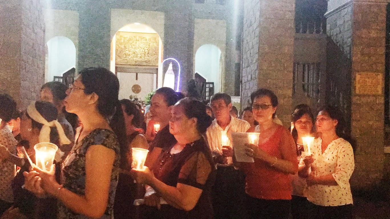 Giáo xứ Phú Bình : Đội mưa rước kiệu kính Mẹ Mân Côi