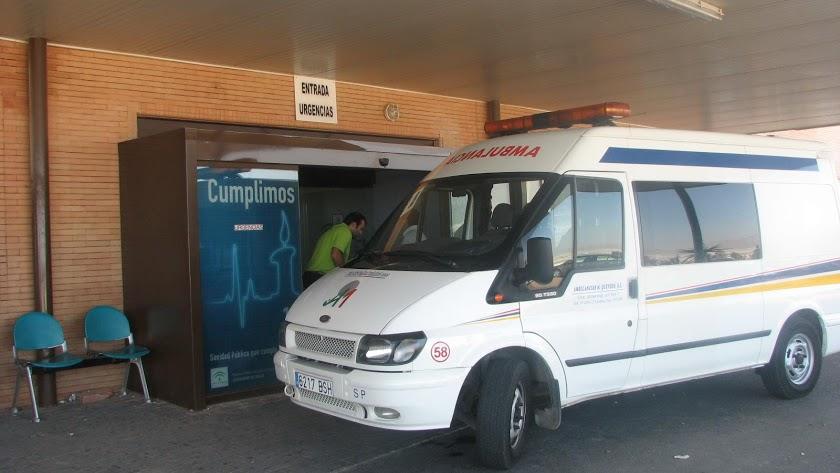 Ambulancia a las puertas de un centro hospitalario almeriense en una foto de archivo.