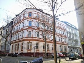 Photo: Ein imposantes Eckhaus: Bismarckstraße 5. Gegenüber - im Haus Bismarckstraße 10 am rechten Bildrand - befindet sich die Bismarck-Stube.