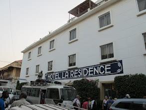 Photo: Sn4HR0310-160203StLouis, hôtel 'La Résidence', arrivée, façade, bus, déchargement IMG_0307