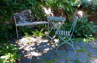 Photo: Romanttisia nurkkauksia puutarhaan mahtui useampikin