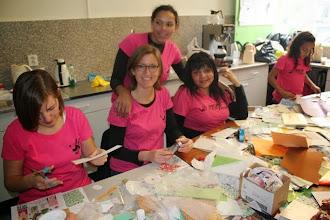 Photo: Kerstkaartjes maken en verkopen door Serve the City vrijwilligers