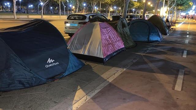 Tiendas de campaña a la entrada del Recinto de Conciertos.