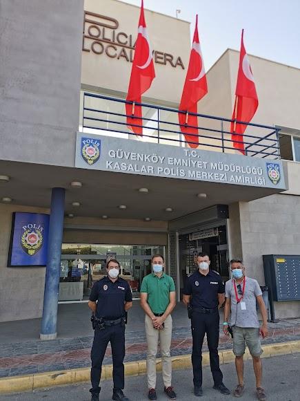 El concejal y dos policías, con el representante de la productora.