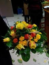 Photo: bouquet rond avec roses et tulipes  avec des insertion de fagots de physalis (baies rouge) et fagots de paille  feuillage (sisal) Fait lors de la formation à eyzin pinet(38)  prix 20 euros