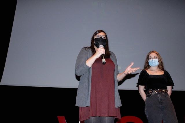 La directora del cortometraje, Irene Garcés; y la actriz protagonista, Alba González.