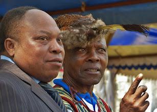 Photo: Nadelstreifen und Federkappe - Tradition und Moderne. Beide vertragen sich gut in Kamerun.