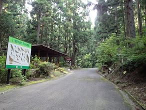 東屋前に登山口(右)