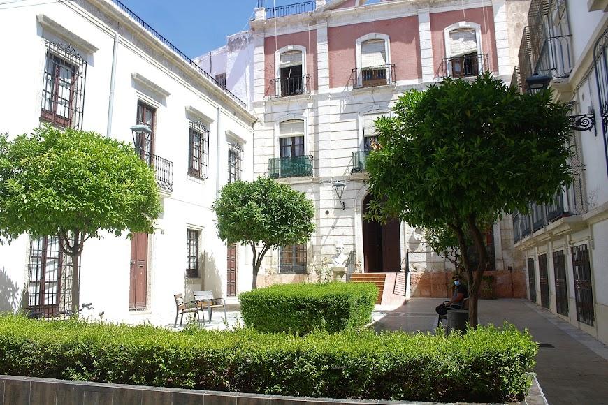 Edificio donde residió Federico García Lorca en Almería con estatua en su honor.