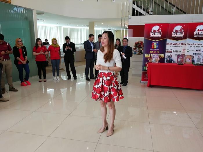 Sesi perkenalan oleh puan Tricia orang kuat PG Mall