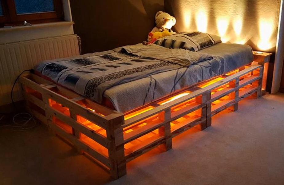Кровать с подсветкой из деревянных поддонов своими руками