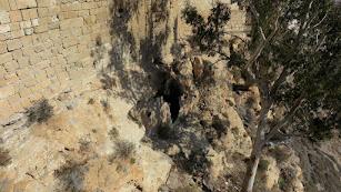 Boca de la cueva en la que se ha provocado el incendio.