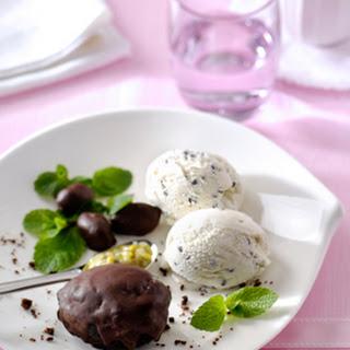 Chocoladegebakjes Met Stracciatella-ijs En Passievruchten