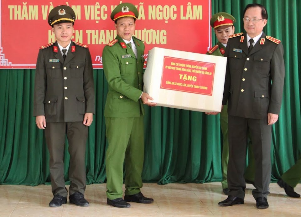 Đồng chí Thượng tướng Nguyễn Văn Thành, Thứ trưởng Bộ Công an thăm, tặng quà cho Ban Công an xã Ngọc Lâm, huyện Thanh Chương