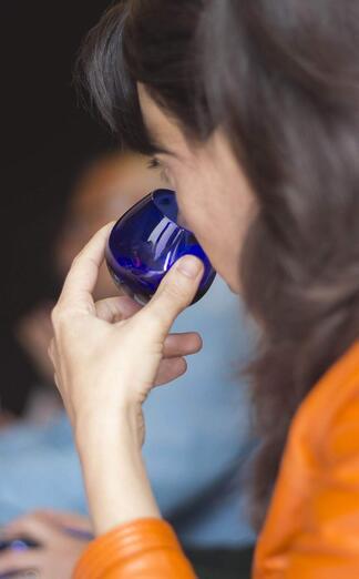 Estudiante catando aceite de oliva virgen extra en un curos de ESAO