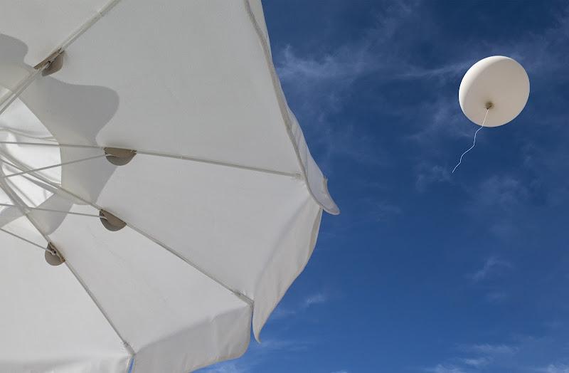 osservando da sotto l'ombrellone di angart71