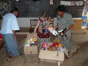 Photo: distribution des jouets et peluches