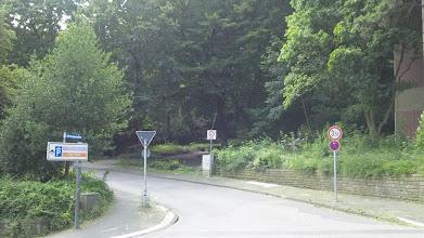 Photo: Die Einmündung der Straße ,Elfriedenhöhe' in den Bergischen Ring. Im Hintergrund der untere Eingang des Stadtgartens.