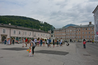 Photo: Przy pomniku tego urodzonego w Salzburgu kompozytora, skrzypkowie dają koncert.