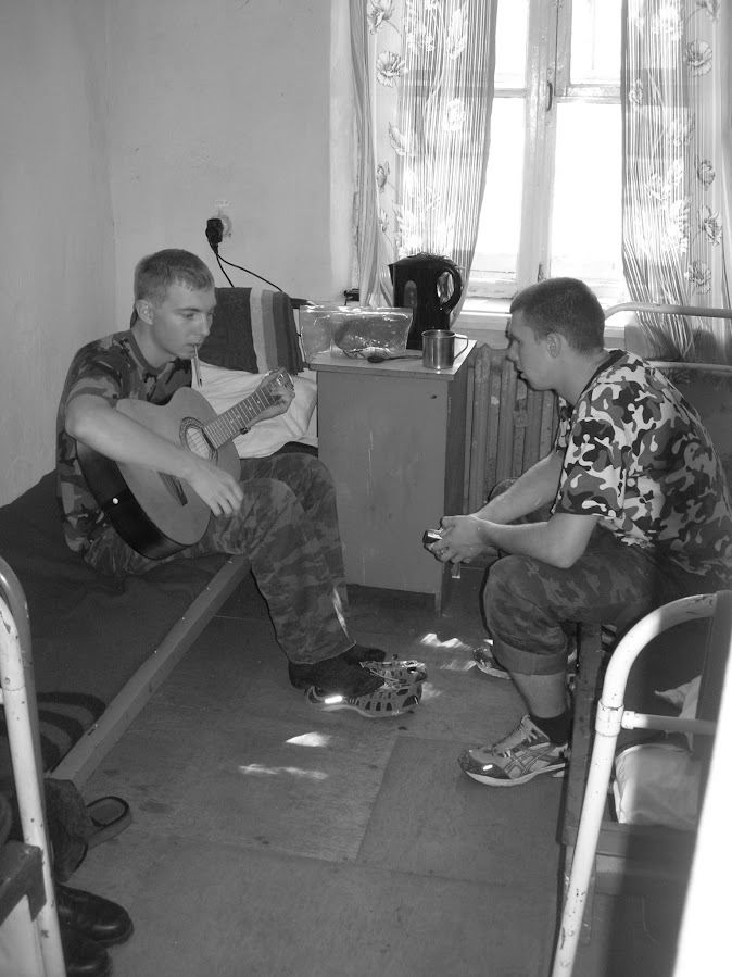 Играем на гитаре. Гарик