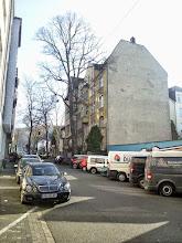 Photo: Unterhalb der Buscheystraße ist das Fassadenbild auf der Westseite lückenhaft; auch sonst dominieren hier eher einfach gestaltete Mehrfamilienhäuser. Da bildet die Kreuzung gewissermaßen einen Kontrapunkt!