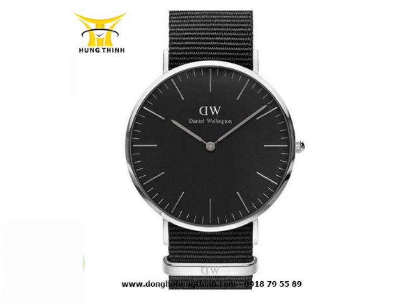 """Gợi ý mẫu đồng hồ DW nam dây vải tông đen chủ đạo hứa hẹn có thể """"cân"""" mọi cuộc vui (Chi tiết sản phẩm tại đây)"""