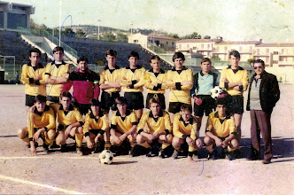 Photo: 1983-84 ΑΕΚ Β' Κατηγορία ΕΠΣ Κοζάνης. Ορθιοι: Τάκης Γεωργάκας, Γιάννης Λιούμπας, Τέλης Δαϊρούσης, Στέλιος Παφίλης, Ηλίας Μπαγκατζούνης, Γιώργος Λαμπαδάς, Τάκης Κοζιάκης, Στέλιος Δινόπουλος, Βαγγέλης Μπέμπης, Μάκης Κουκουμπέσης (προπονητής). Καθιστοί: Νίκος Σίας, Μάρκος Βάββος, Μάκης Μαλούτας, Πάνος Βλάχος, Τάκης Λουμπουτσκός, Νίκος Μπουμπόναρης, Γιώργος Καρυπίδης.