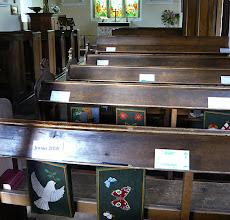 Photo: Gute Idee: auch in englischen Dorfkirchen von Berkshire ist es manchmal kalt, aber die Familien haben sich schöne, warme Sitzkissen gefertigt.