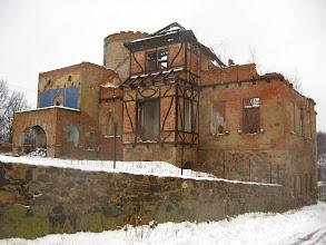 Photo: Pałac został wzniesiona w stylu historycznym. Po 1945 r. przejęta przez PGR, od lat 80. XX w. w ruinie.