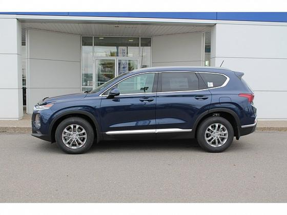 A navy 2019 Santa Fe XL Luxury sits parked outside Integrity Hyundai in Lethbridge, AB
