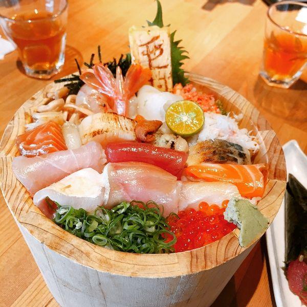 毛丼 丼飯專賣店。視覺系的桶裝丼飯