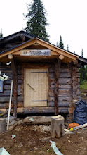 Kuva: porraskiveltä voi ponnistaa sisälle, uusi ovi tyylikkäänä paikoillaan