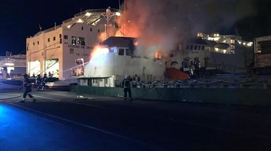 Arde en el Puerto de Almería un buque que iba a ser subastado