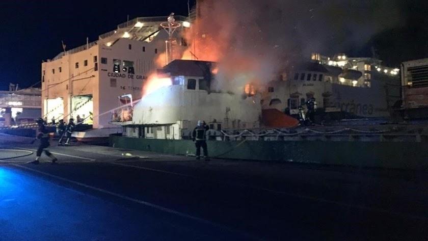 El incendio declarado este lunes en el Puerto de Almería.