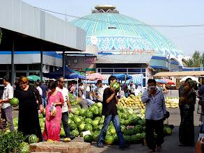 Photo: In und um die riesige Markthalle herrscht ein buntes Treiben.