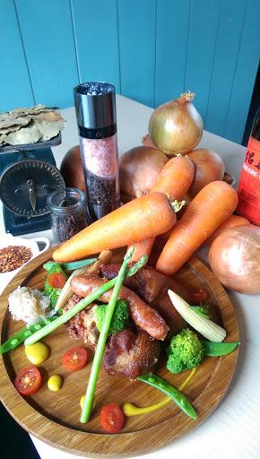 使用新鮮洋蔥、紅蘿蔔和月桂葉跟米酒等等,小火慢燉而成,富含膠原蛋白,連酸菜也是店家自製,非常好吃