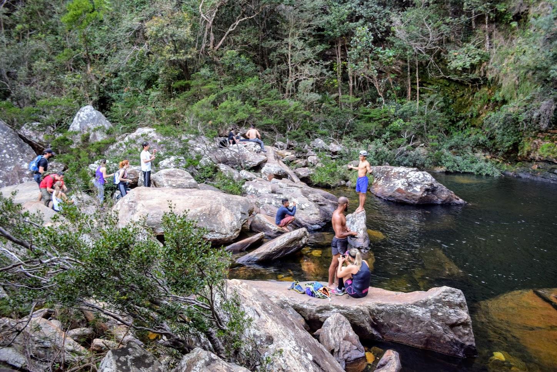 Área rochosa ao redor do poço da Cachoeira da Farofa