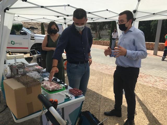 El Director Técnico de Athisa explica al primer edil los diferentes materiales para el control de plagas. Foto de Víctor N.