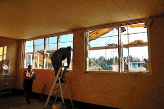Photo: 20-11-2012 © ervanofoto En dan vervolgd de plaatsing langs de binnenzijde.