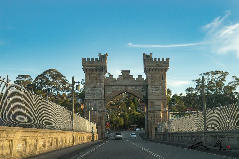 橋にかかる門