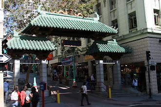 Photo: The Dragon Gate marks San Francisco's Chinatown (唐人街)