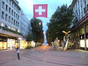 Photo: Paradeplatz. Справа - магазин Sprungli, в котором можно купить разнообразные местные сладости. Самые популярные - Luxembourgli, крохотные сладости в виде сэндвичей.
