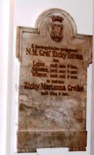 Photo: A csicsói katolikus egyházközség kegyurainak három emléktáblája. Itt Zichy István gróf fiainak, Lajosnak (1805–1810), Ágostonnak (1807–1807), Vilmosnak (1811–1818), valamint nővérének Marianne-nak (1784–1817) sírkőfeliratai vannak.
