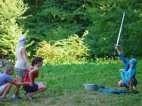 Photo: jeho meč se v boji zlomil, však z jezera se vynoří Jezerní paní s Excaliburem.