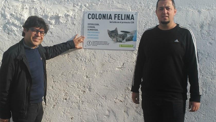 Alexis Pineda, junto a uno de los carteles que señalan las colonias