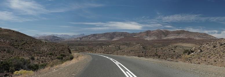 Gesteinsschichten in vielfältigen Rot- und Grautönen am Rooinek Pass